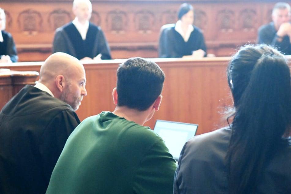 Der Angeklagte (Mitte) sitzt beim Auftakt des Prozess Anfang September im Gerichtssaal zwischen seinem Anwalt Klaus Husmann und einer Dolmetscherin.
