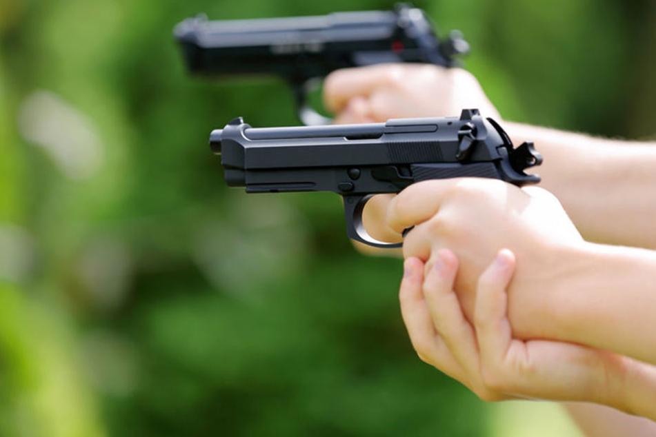 Der Schuss hatte sich unbeabsichtigt gelöst. Die Polizei ermittelt. (Symbolbild)