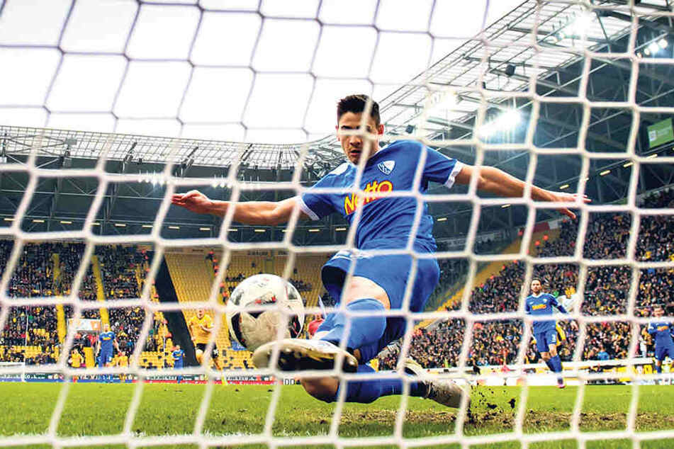 In der 6. Minute hatten die Dynamo-Fans den Torschrei auf den  Lippen, doch Nico Rieble verhindert nach Akaki Gogias Schuss das 1:0.