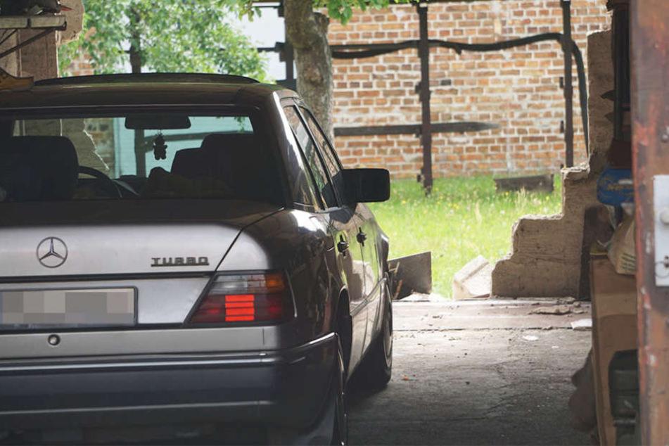 Der 80-Jährige verwechselte Gaspedal und Bremse, krachte deshalb durch die Rückwand der Garage.