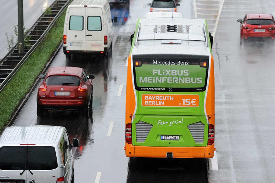 Nach Polizeiangaben handelt es sich um einen Flixbus. (Symbolbild)