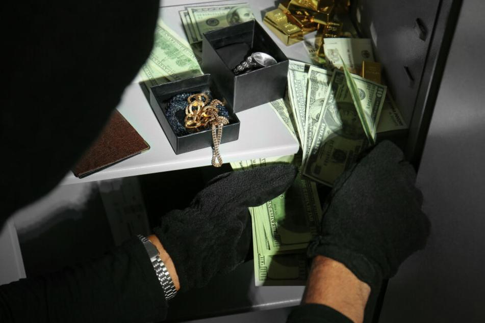 Die Diebe sind mit Geld und Schmuck entkommen. (Symbolbild)