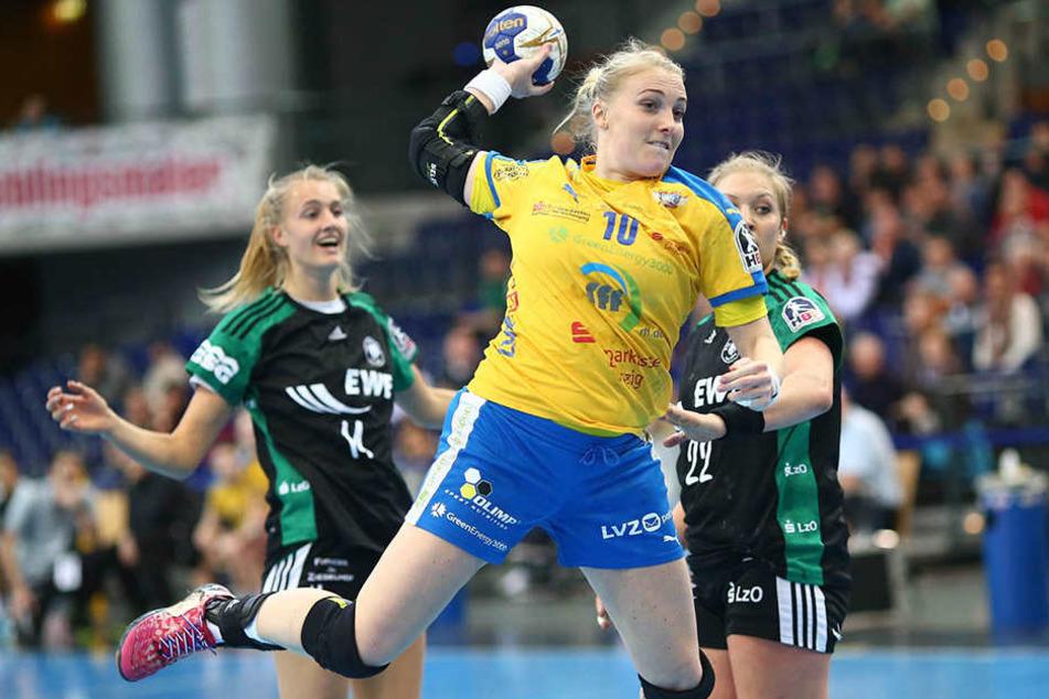 Damit die Handballerinnen um Hildigunnur Einarsdottir auch weiterhin für Leipzig werfen, wollen Grüne, Linkspartei und SPD finanziell helfen.