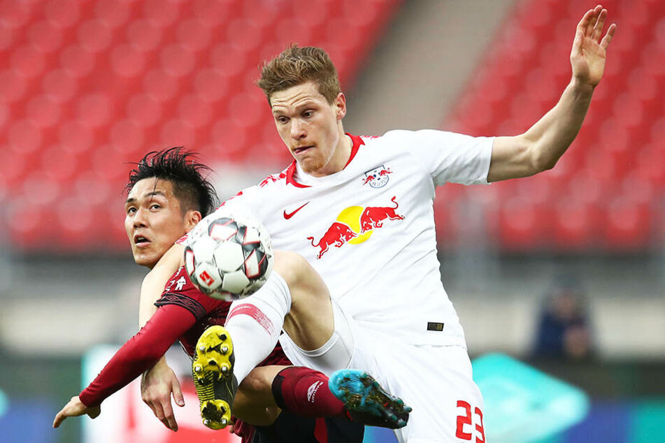 RB obenauf: Marcel Halstenberg gewinnt einen Zweikampf gegen Nürnbergs Yuya Kubo.