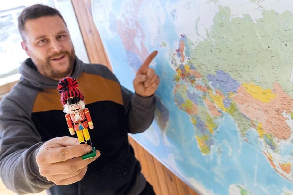 Spielzeugmacher Markus Füchtner (36) zeigt auf einer Karte die Länder, welche sein Mini-Nussknacker schon bereist hat.