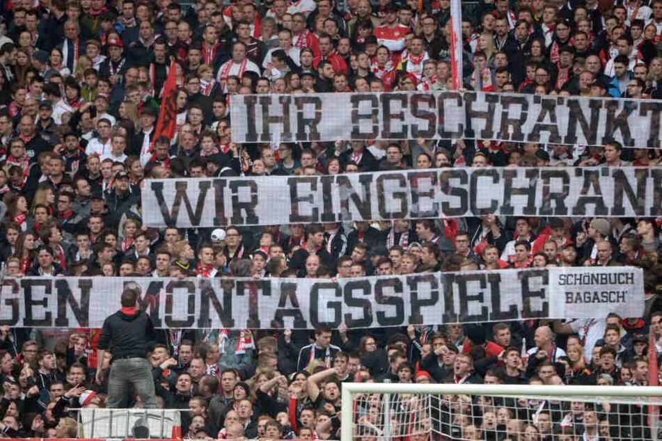 """""""Ihr Beschränkt. Wir eingeschränkt - Gegen Montagsspiele"""" - Stuttgarts Fanszene mit einer deutlichen Botschaft."""