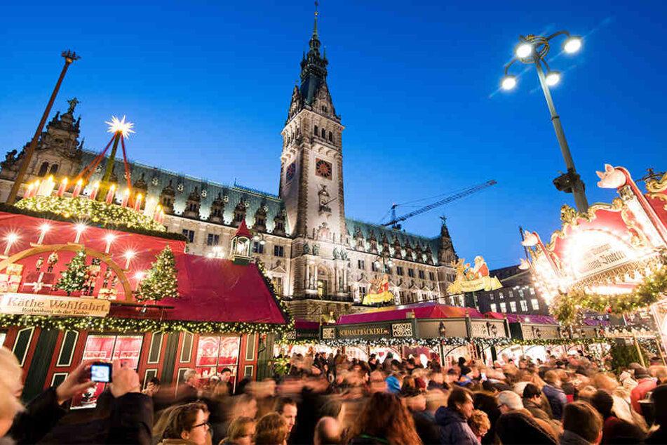 Weihnachtsmärkte - wie hier in Hamburg - locken die Menschen jedes Jahr aufs Neue mit weihnachtlichen Düften in die Innenstädte Deutschlands.