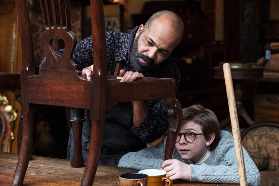 Hobie (l., Jeffrey Wright) zieht nicht nur Pippa auf, sondern kümmert sich auch intensiv um Theodore Decker (Oakes Fegley).