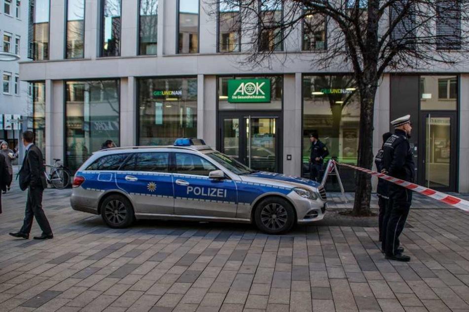 Die Polizei sicherte das Gebiet vor der Bankfiliale ab.