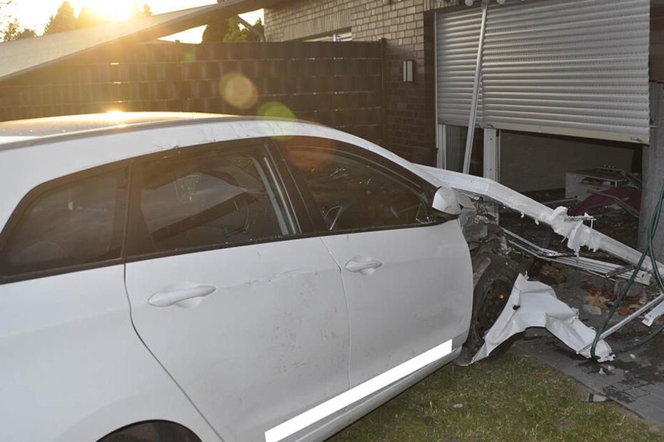 Auto rast in Wohnhaus: Schwangere durch Scherben und Mauerteile verletzt