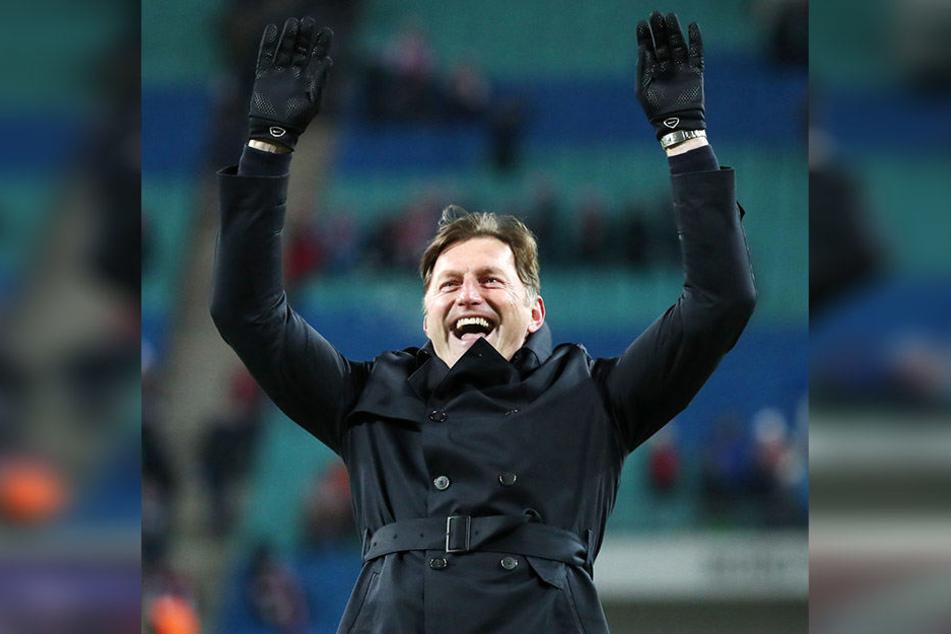 Fiel ein felsgroßer Stein vom Herzen: Trainer Ralph Hasenhüttl feiert mit den Fans den Sieg über Bayern München.