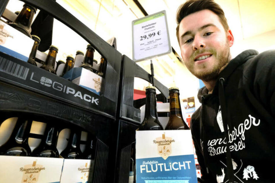 Mike Cacic reicht's! Er macht sein Flutlicht zum Black Label. So wie hier wird es das Bier nicht mehr zu sehen geben.