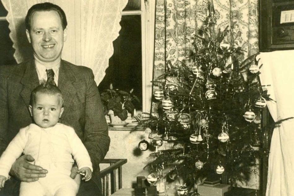 Das undatierte Handout zeigt den Musiker Wolfgang Niedecken mit seinem Vater an Weihnachten neben einem Christbaum.