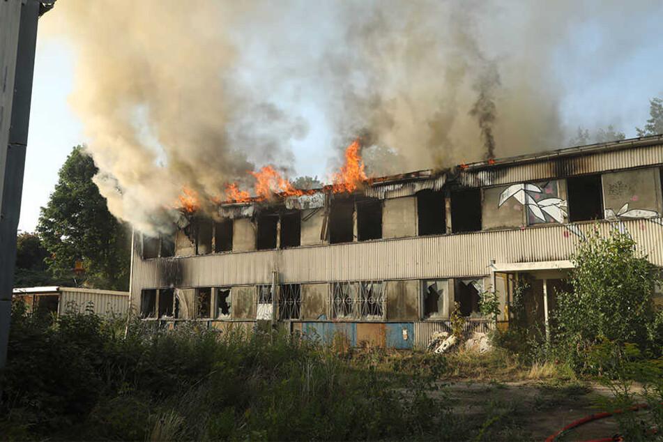 Im ersten Stock des Gebäudes schlugen die Flammen aus den Fenstern.