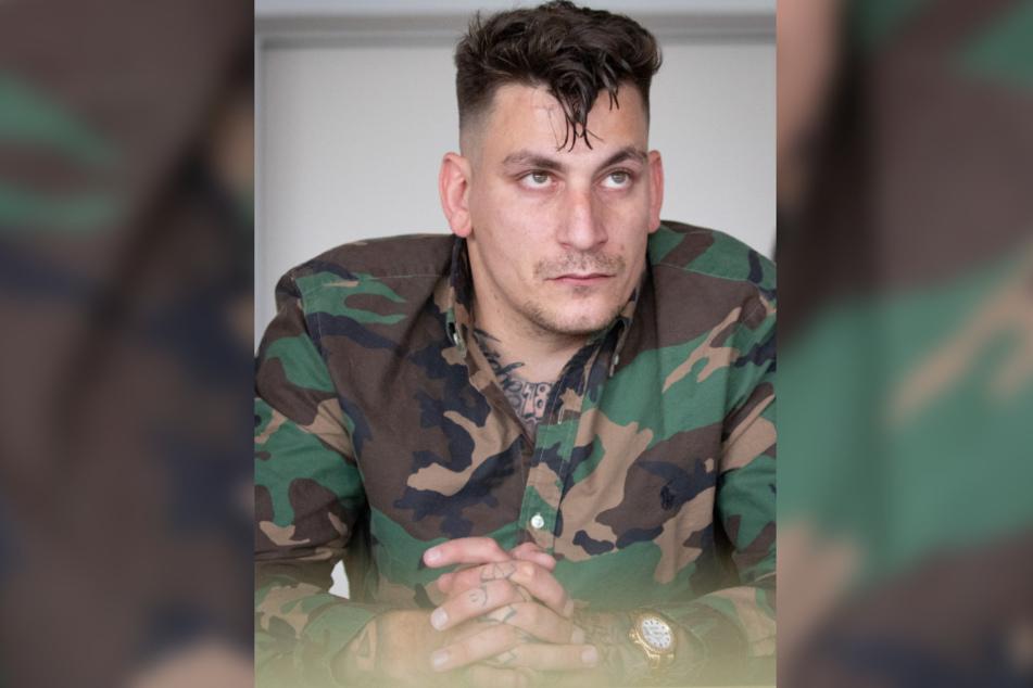 Der Rapper Gzuz, Mitglied der 187 Strassenbande, sitzt im Gerichtssaal.