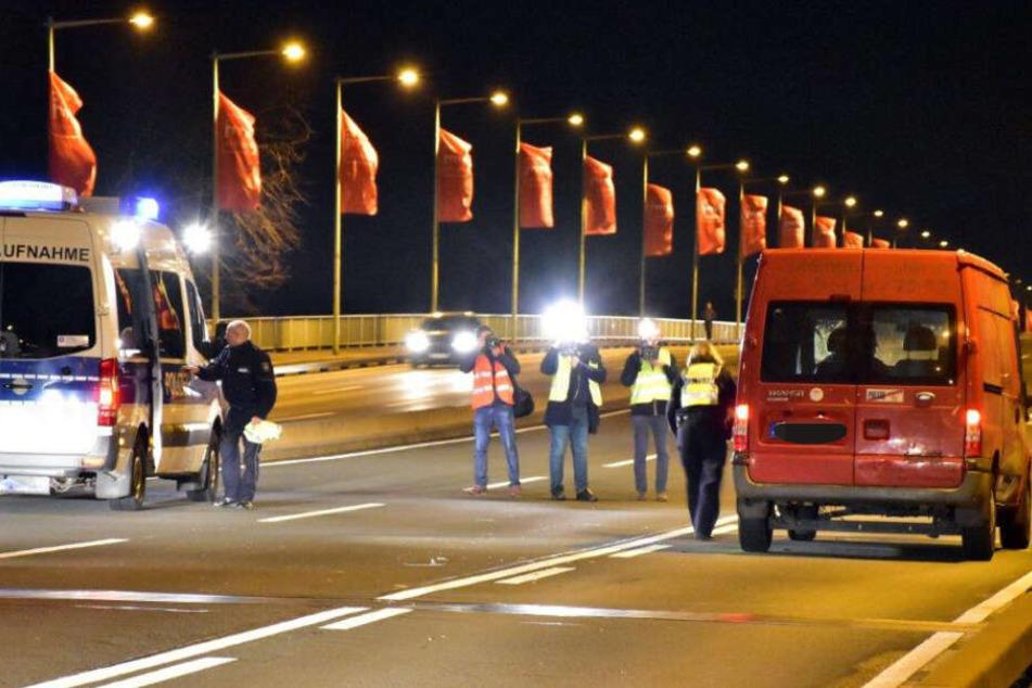 Die Polizei sicherte den Unfallort ab und übernahm die Ermittlungen. Der rote Transporter blieb zunächst auf der Straße stehen.
