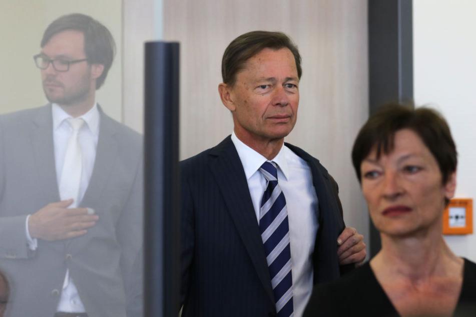Der frühere Vorstandsvorsitzende der Arcandor AG, Thomas Middelhoff (Mitte), betritt mit seinen Verteidigern Anne Wehnert (rechts) und Udo Wackernagel (links) im Essener Landgericht zum Prozessauftakt.
