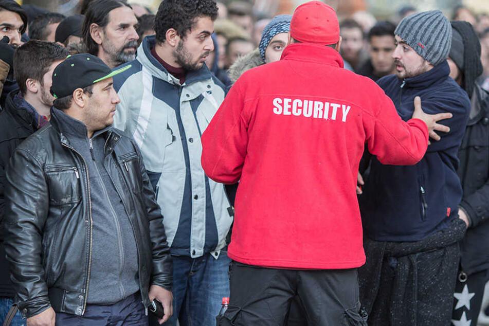 Flüchtlinge stehen vor dem Landesamt für Gesundheit und Soziales in Berlin. (Symbolbild)