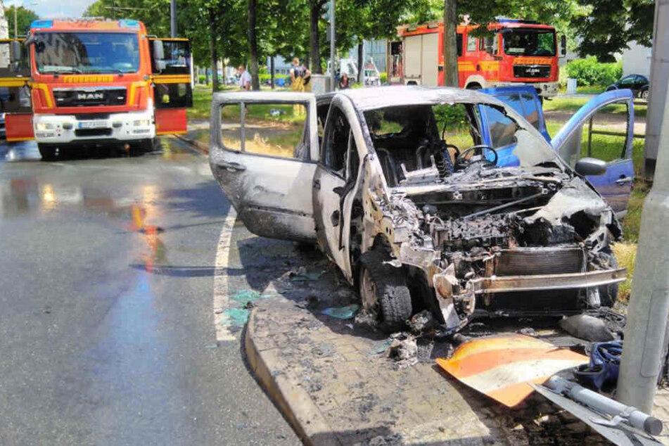 Sein Auto rammte ein Schild, ging dann in Flammen auf.
