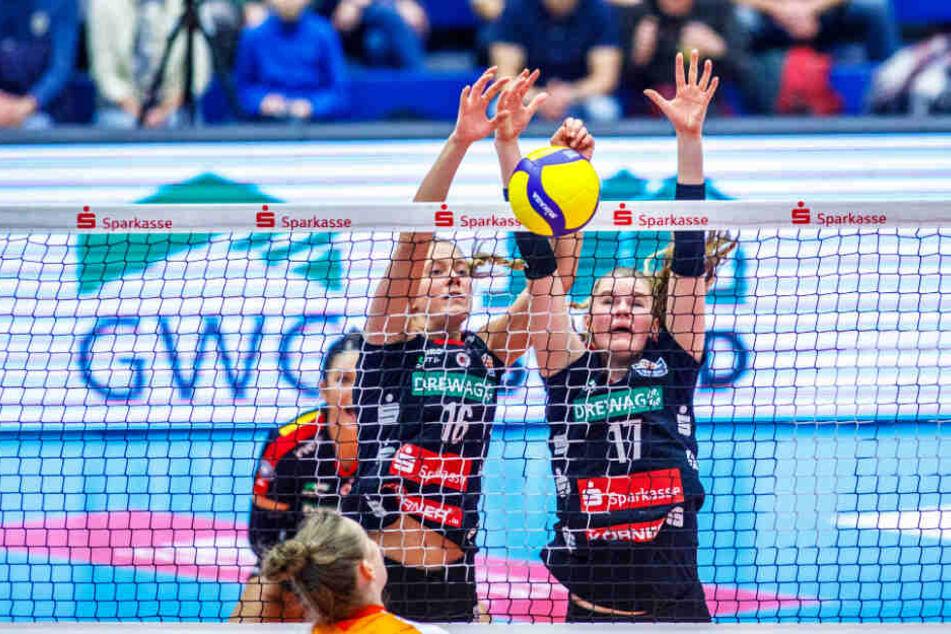 Die Dresdnerinnen Milica Kubura (l.) und Camilla Weitzel strecken sich im Block nach dem Ball.