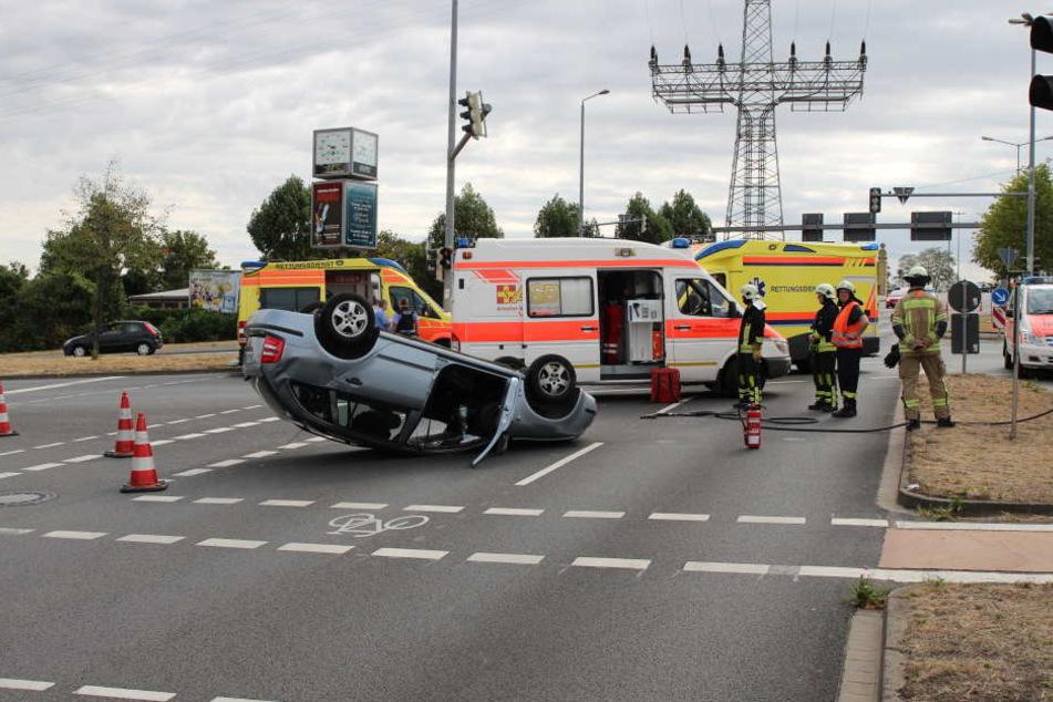 Der Skoda liegt nach dem Unfall auf dem Dach an der Unfallstelle in der Rackwitzer Straße.