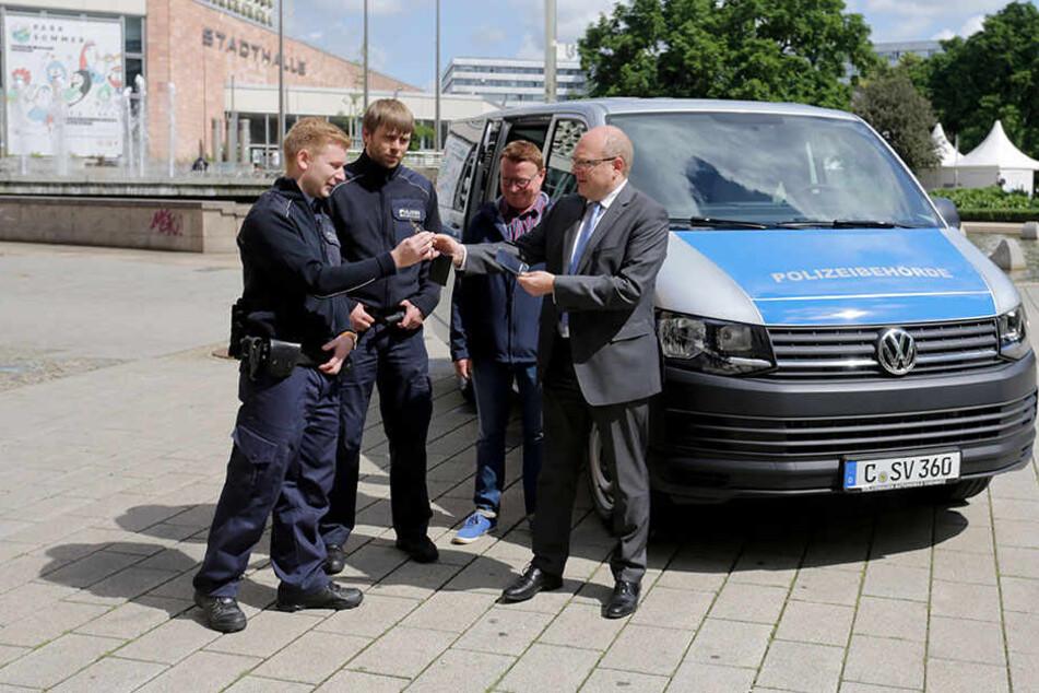 Keine neuen Fahrzeuge, dafür neue Mitarbeiter: Bürgermeister Sven Schulze (47) freut sich über die Personal-Aufstockung.