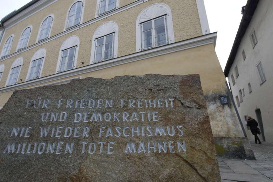 Der Gedenkstein aus dem ehemaligen KZ Mauthausen steht vor dem Hitler-Haus.