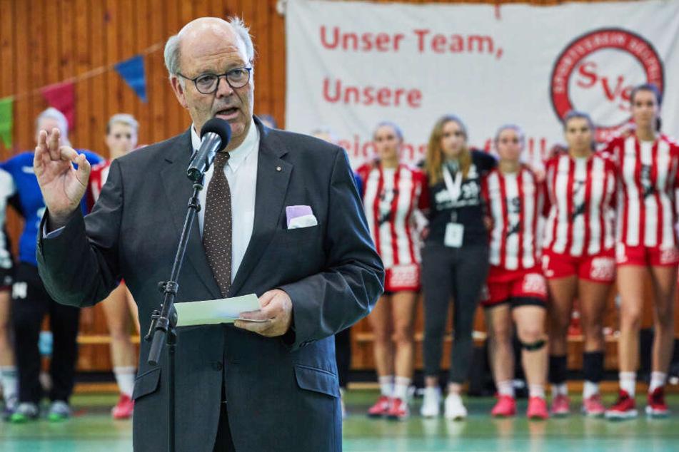Hans-Joachim Grote (CDU), Innenminister von Schleswig-Holstein, spricht bei einer Versammlung gegen Neonazis im Vorfeld eines Handballspiels in Sülfeld.
