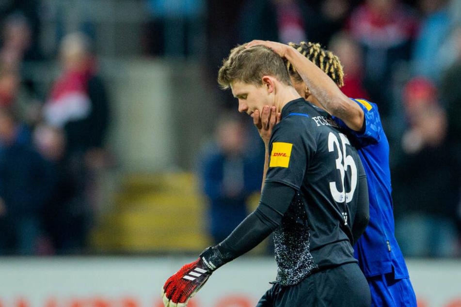 Schalkes Jean-Clair Todibo tröstet seinen Torwart, nachdem ihm ein Ball zum 0:3 durch die Beine gerutscht war. Es sind nicht die Wochen des Alexander Nübels.