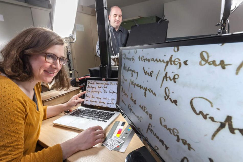 Die Bücher von Hans Sachs im Stadtarchiv Zwickau werden digitalisiert. Viola  Rosenau (33) richtet ein Buch zum Scannen ein. Bald sollen die Texte per  Internet lesbar sein.