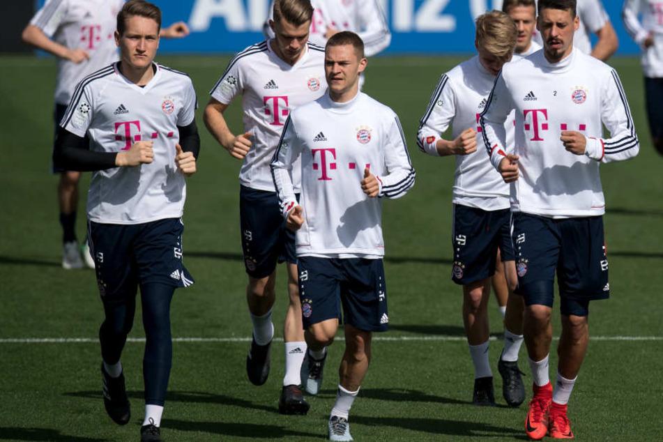 Lars Lukas Mai (2. von links) trainiert regelmäßig bei den Profis mit.