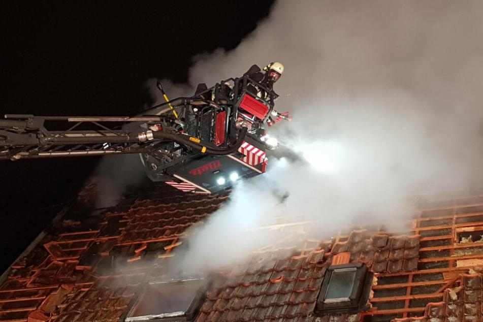 Die Feuerwehr barg einen Toten aus dem Wohnbereich des Gebäudes.