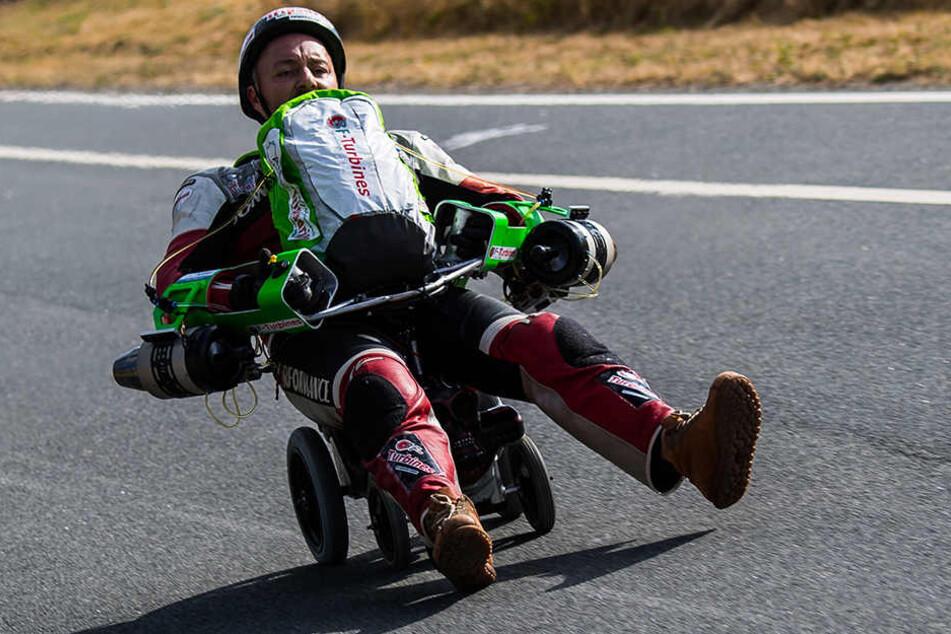 Dirk Auer, Extremsportler, fährt mit seinem düsenbetrieben Bobby-Car über die Teststrecke.