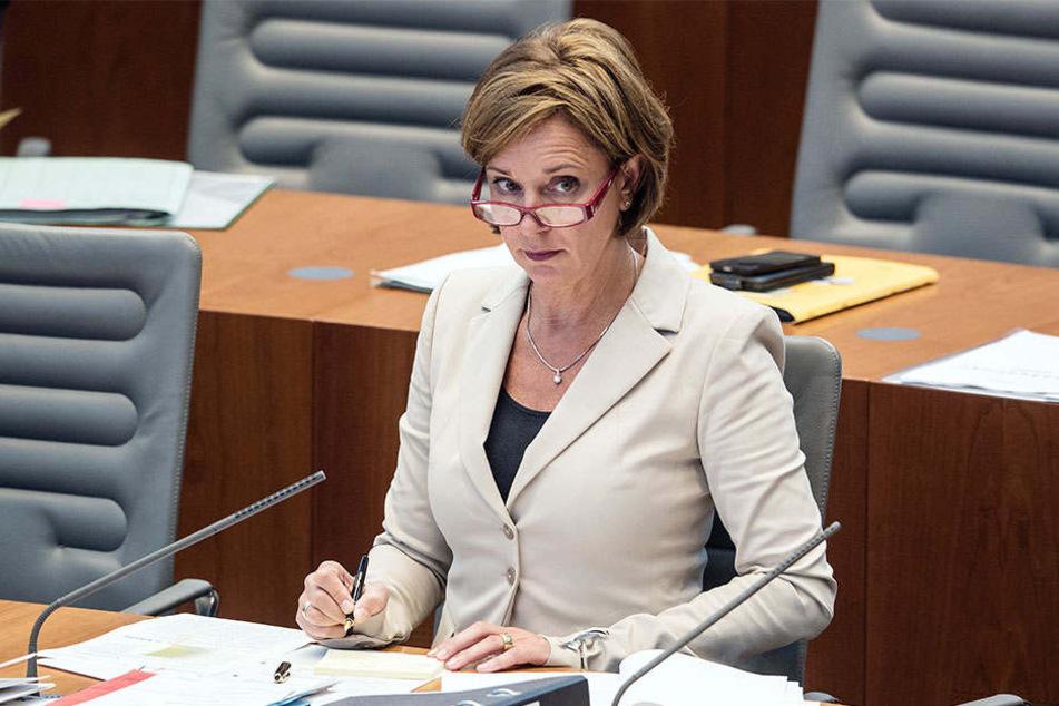 NRW-Schulministerin Yvonne Gebauer (51, FDP) fordert mehr Geld vom Bund.