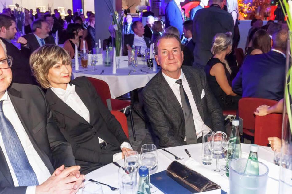 Entspannt verfolgten OB Barbara Ludwig (55, l.) und Andreas Franz (54) die  Gala im Autohaus.