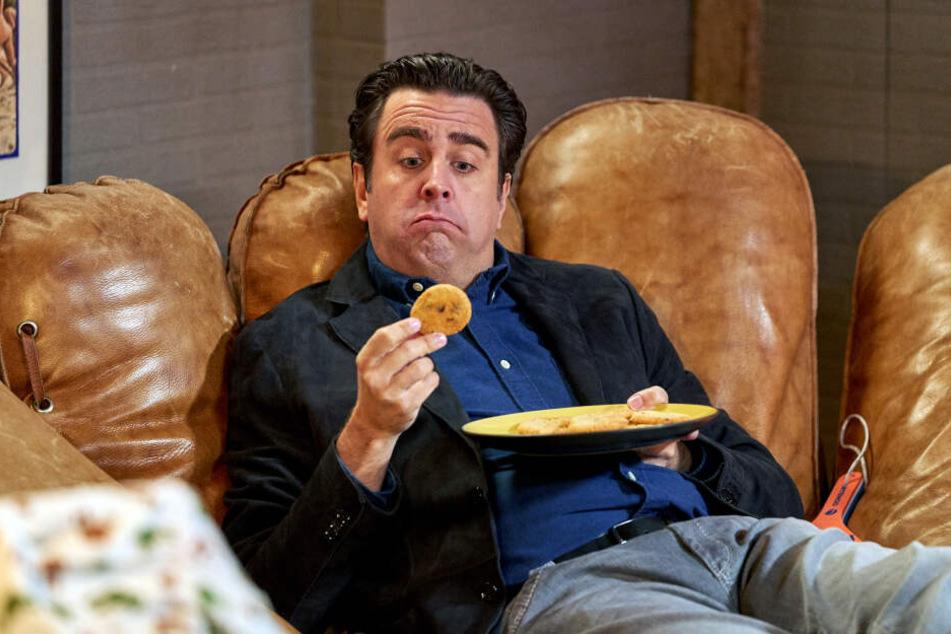 """Bastian isst aus Versehen Haschkekse - eine Szene aus der Sitcom """"Pastewka"""" auf Amazon Prime."""