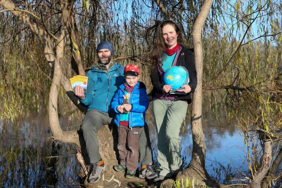 Daniel, Eliah und Katrin führen sich draußen zu Hause - und natürlich am anderen Ende der Welt. Stolz präsentiert Daniel den Reiseführer, den er in Neuseeland recherchierte.