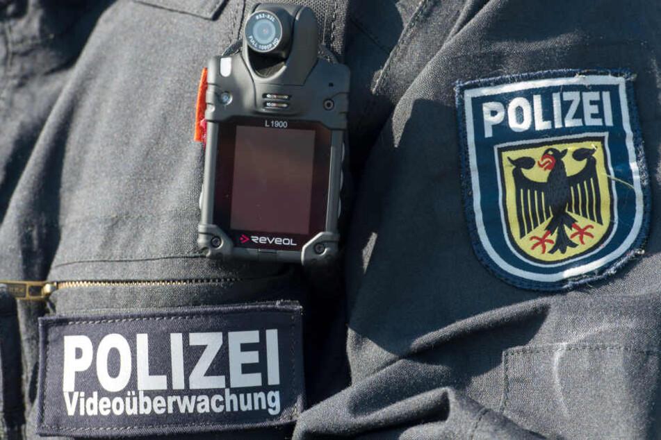 Innenminister Holger Poppenhäger (SPD) übergab die Kameras am Freitag in Gotha an die am Pilotprojekt beteiligten Polizisten.