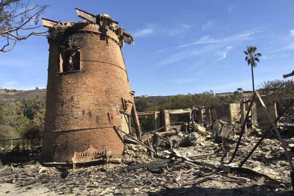 Das abgebrannte Haus von Thomas Gottschalk mit den Resten der historischen Mühle auf seinem Anwesen.
