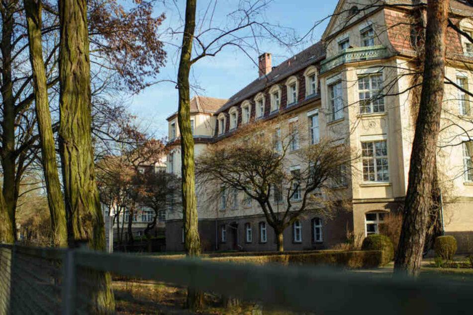 Ein Gebäude ist auf dem Gelände der Kliniken Berlin-Köpenick des Deutschen Roten Kreuzes (DRK) zu sehen.