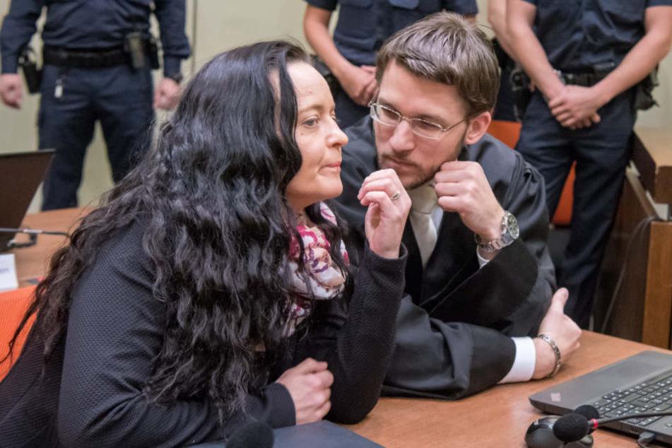 Beate Zschäpe mit einem ihrer Anwälte, Mathias Grasel, im Münchener Gericht.