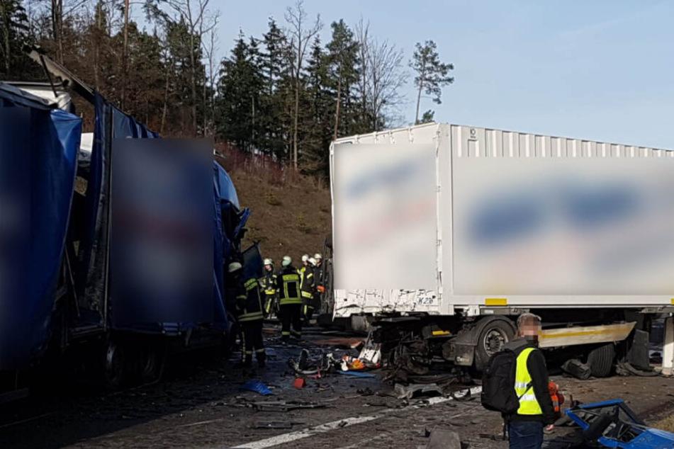 Rettungskräfte bei den verunfallten Lastwagen.