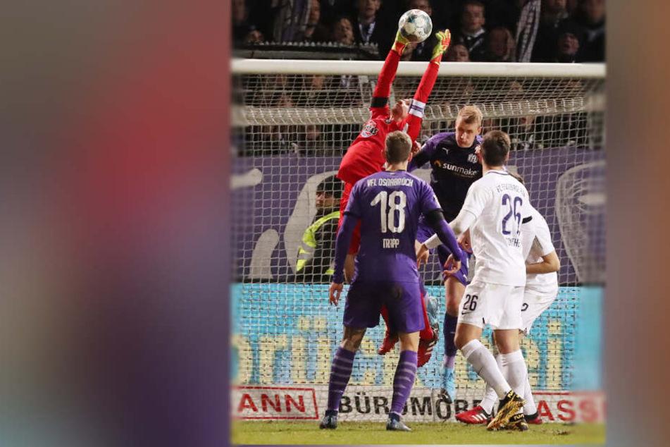 Wieder Martin Männel! Der FCE-Schlussmann krallt sich den Ball in der Luft vor Osnabrücks Ulrich Taffertshofer.