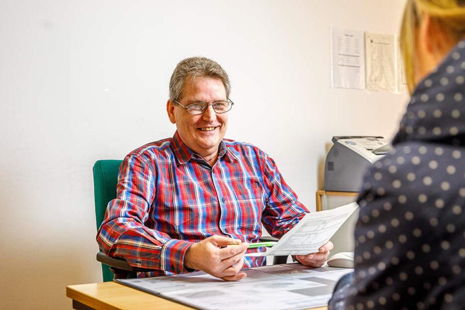 Steht mit Rat und Tat zur Seite: Peter Schulze ist einer von drei Mitarbeitern im Servicepunkt für Bürgerangelegenheiten.
