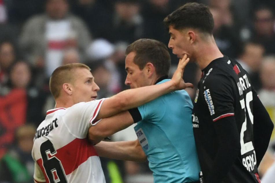 Nach der Spuckerei: Ascacibar (links) bekommt von Schiedsrichter Tobias Stieler (Mitte) die rote Karte gezeigt. Rechts daneben: Kai Havertz.