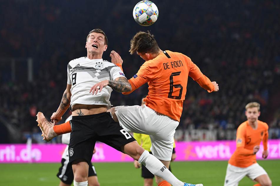 Toni Kroos (l.) zeigte nicht nur seine Spielübersicht, sondern warf sich auch in die Zweikämpfe wie hier gegen Hollands Marten de Roon.
