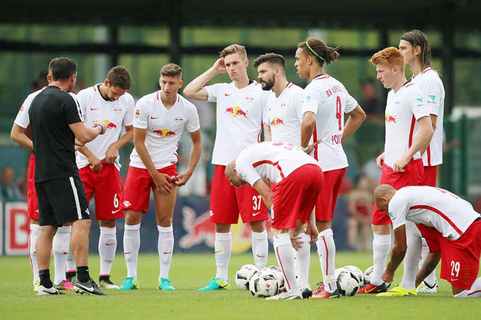 Die Verteidiger Anthony Jung (5.v.l.) und Atinc Nukan (r.) waren bei ihren aktuellen Vereinen Ingolstadt und Besiktas keine Stammkräfte. Wohin führt ihr Weg?