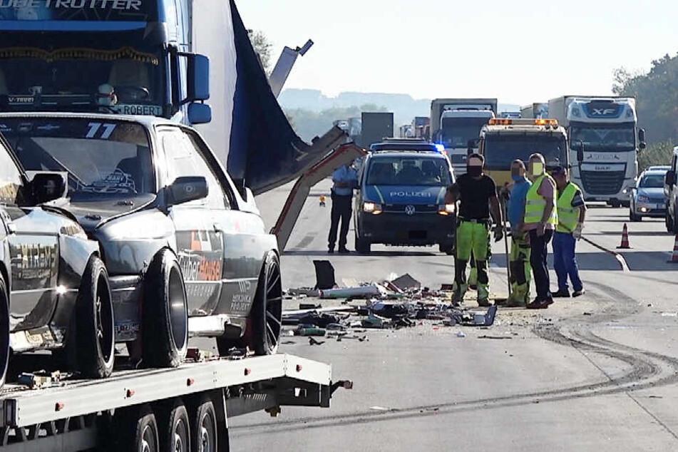 Laster kracht in Lkw: Fahrerhaus aufgeschlitzt, Chips auf Autobahn