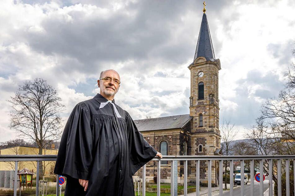 Pfarrer Christoph Singer (62) von der Evangelisch-Lutherischen Kirchgemeinde  Freital vor der geplünderten Emmauskirche.