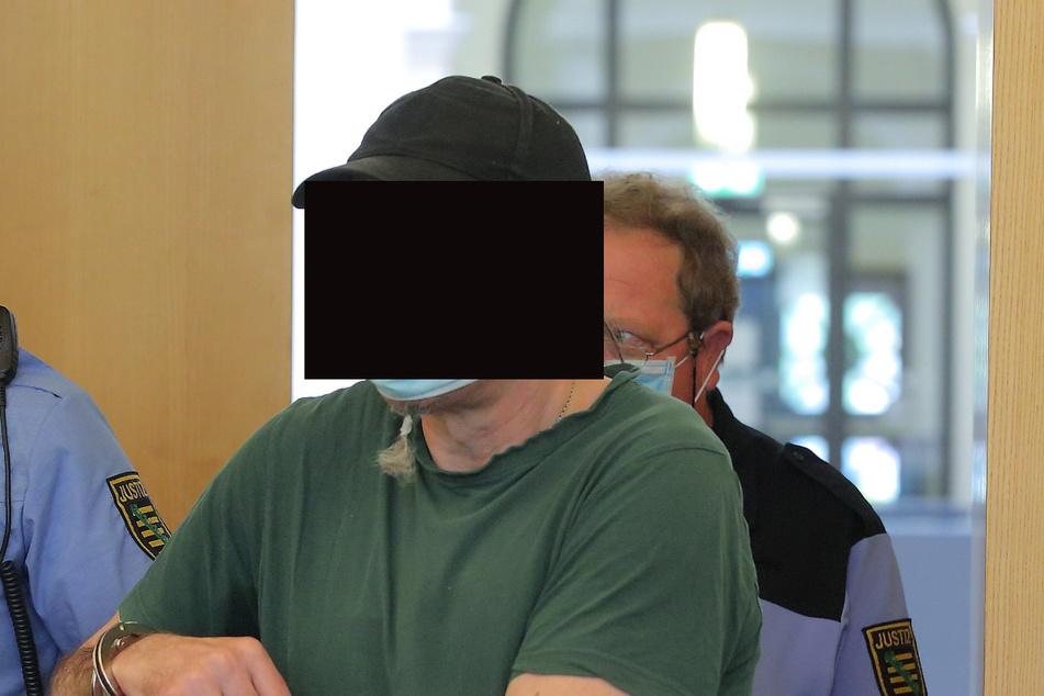 Andreas R. (52), der laut Anklage ebenfalls massiv auf das Opfer einschlug, schweigt zwar bisher, nickte aber bei der Rede von Stefan häufig.
